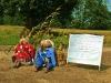 Mieszkańcy wsi udekorowali trasę przemarszu kukłami